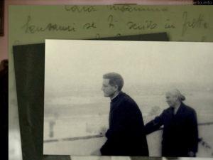 BIOGRAFIA 1 - Don Tonino Bello con mamma Maria